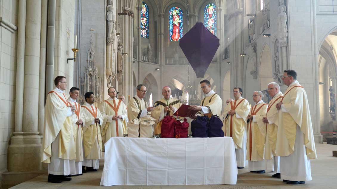 Bischof Felix Genn mit Dechanten bei der Weihe der heiligen Öle