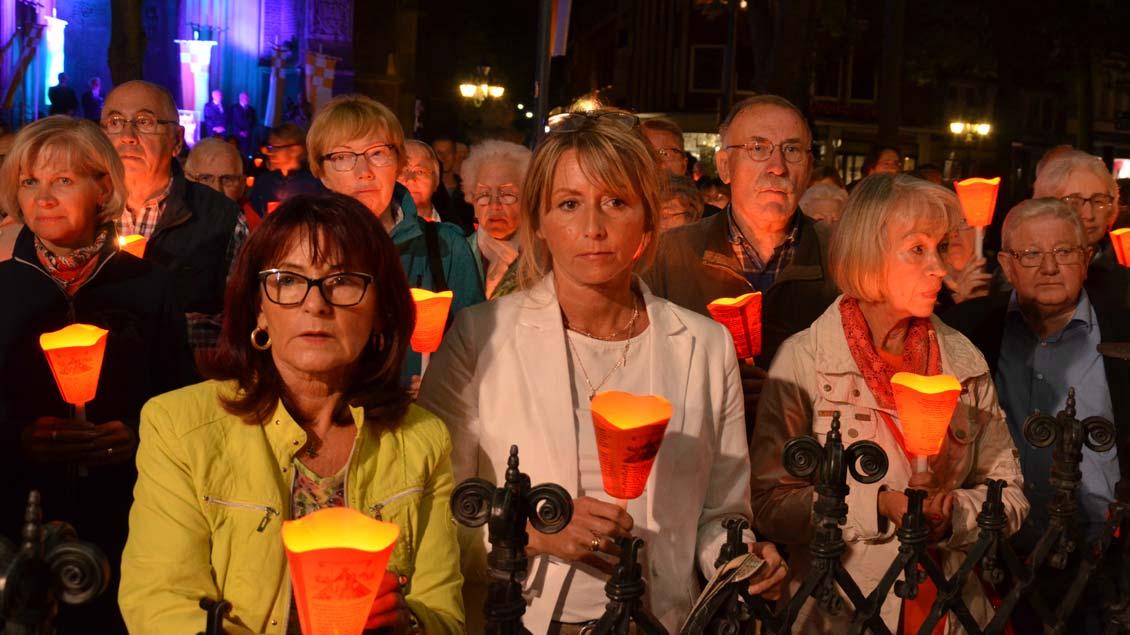 Menschen mit Kerzen auf dem Kapellenplatz in Kevelaer Foto: Jürgen Kappel