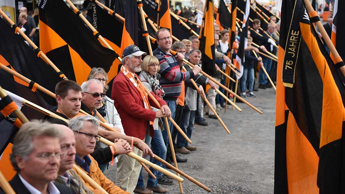 Viele Kolping-Bannerträger bei einer Großveranstaltung des Verrbands