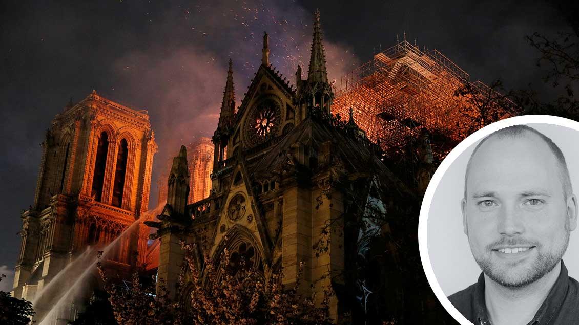 Feuer schlägt aus dem Dach von Notre-Dame.
