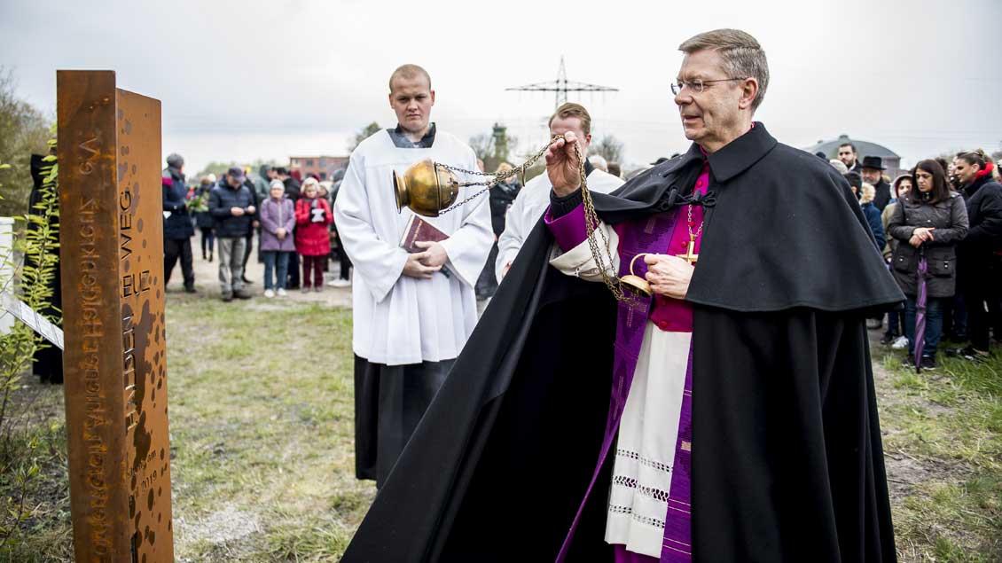 Weihbischof Zekorn segnet die neuen Kreuzweg-Stelen.