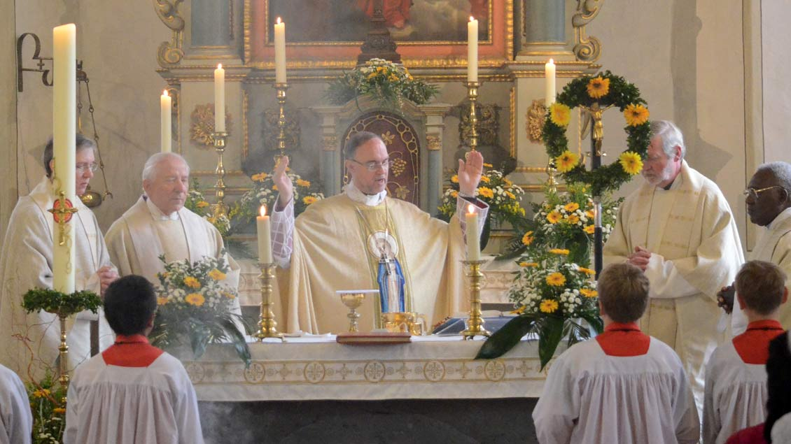Weihbischof Rolf Lohmann im Hochamt am Altar in Eggerode.