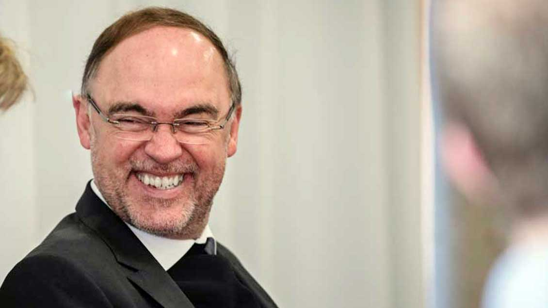 Lachender Weihbischof Rolf Lohmann