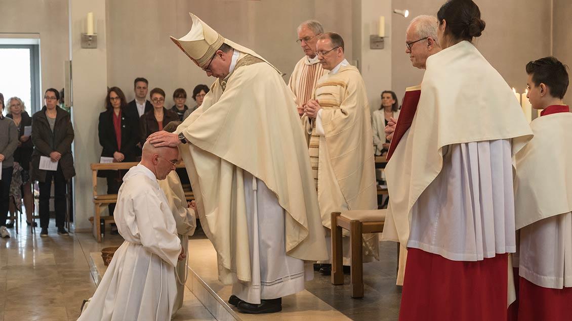Weihbischof Johannes Wübbe nahm in der Osnabrücker Elisabethkirche die Diakonenweihe vor.