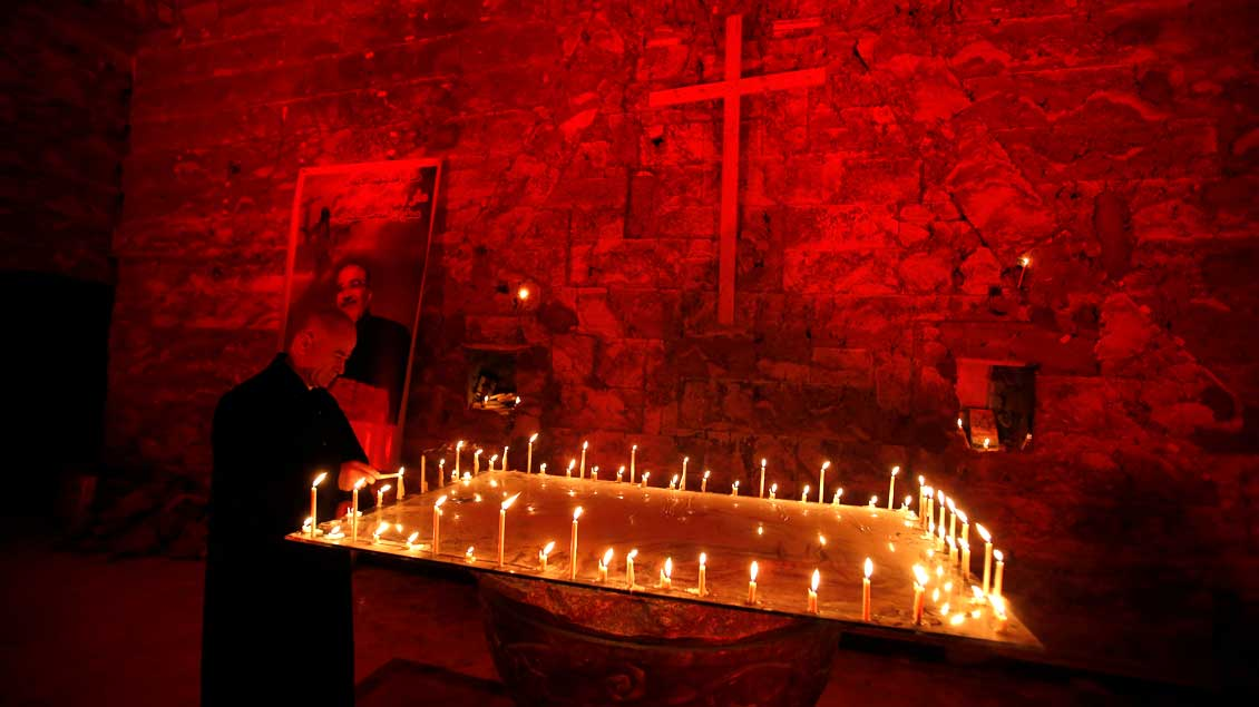 Rot erleuchtete chaldäisch-katholische Paulskirche in Mossul.