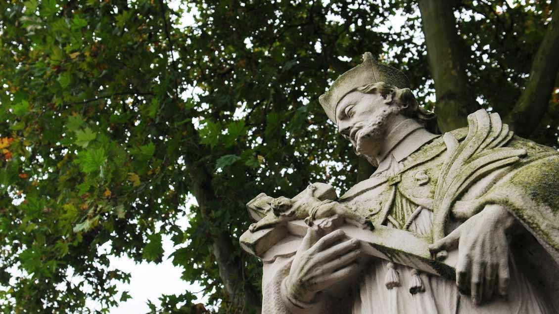 Eine Statue des heiligen Nepomuk steht am Friedhof Zwillbrock in Vreden.