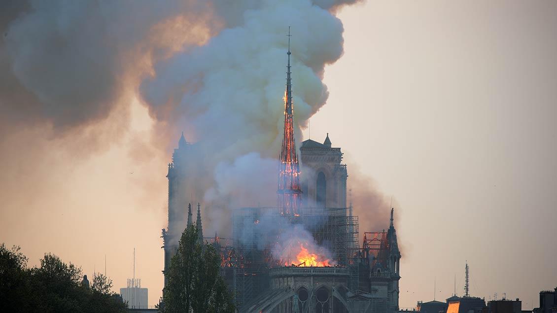 Feuer im Dachstuhl der Kathedrale Notre Dame in Paris