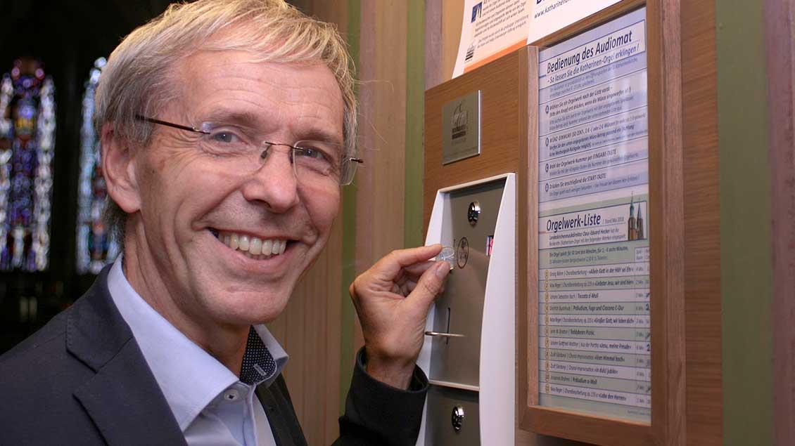 Der braunschweigische Landeskirchenmusikdirektor Claus-Eduard Hecker (64) praesentiert in der Katharinenkirche in Braunschweig den sogenannten Orgel-Audiomat.