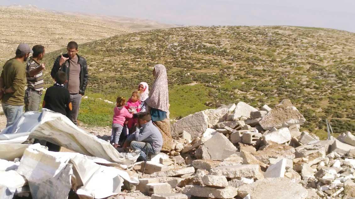 Palästinensische Familie in den Trümmern ihres von der israelischen Armee zerstörten Hauses. privat