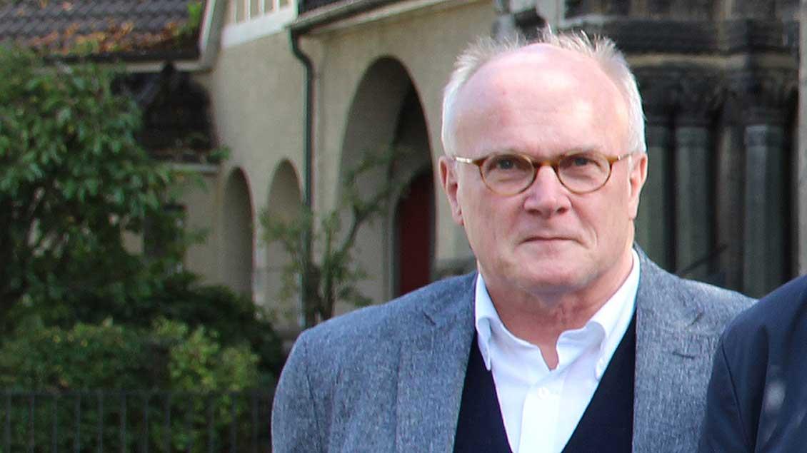 Propst Jürgen Quante steht vor einer Kirche