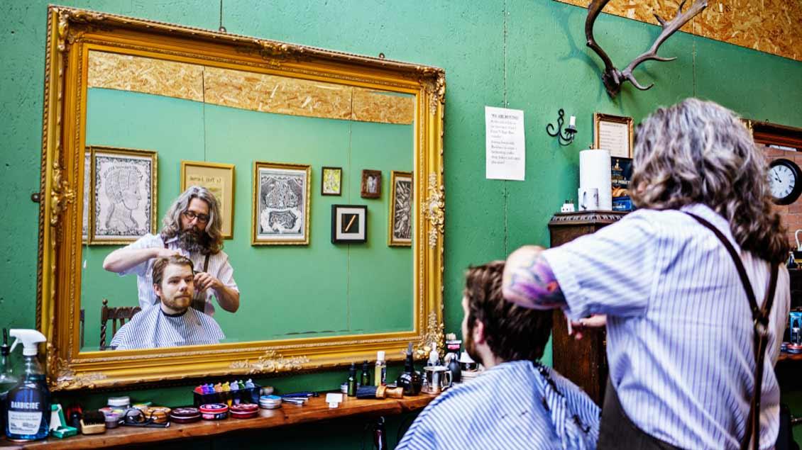 Ein Mann beim Friseur