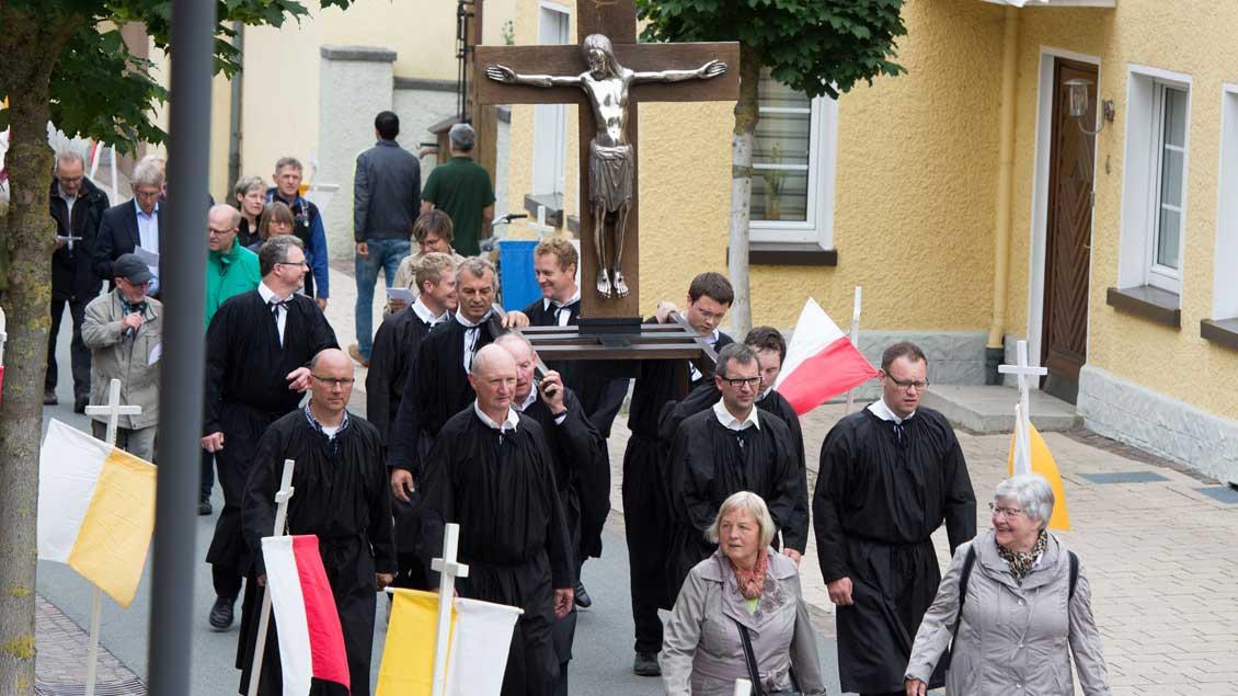 Große Kreuztracht - Prozession mit dem Kreuz zur Eröffnung der Wallfahrtszeit.