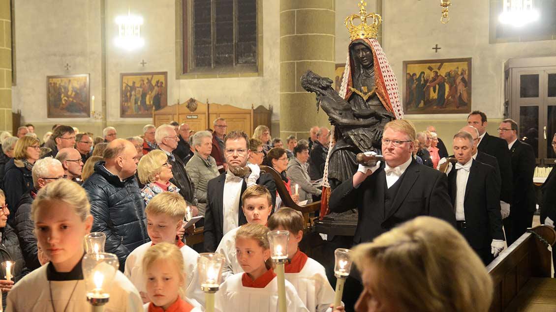 Die Pietá wird in die Telgter Wallfahrtskirche getragen.