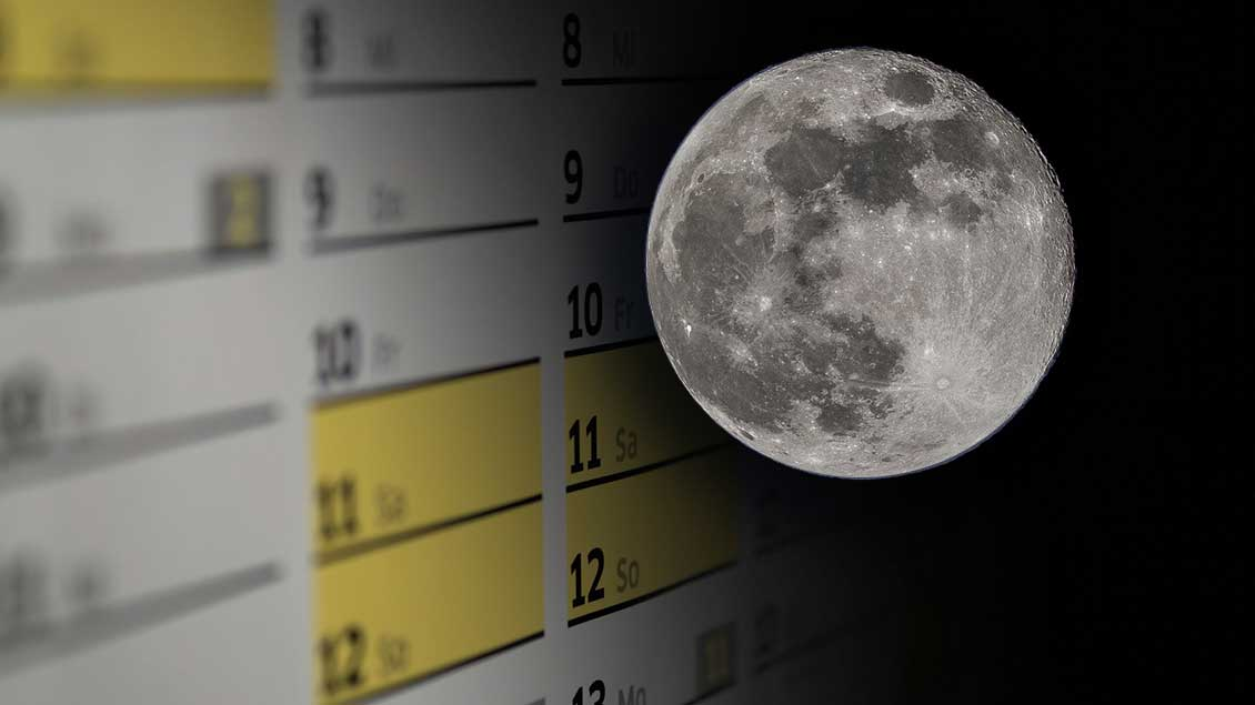 Ein Vollmond neben der Monatsansicht eines Kalender.