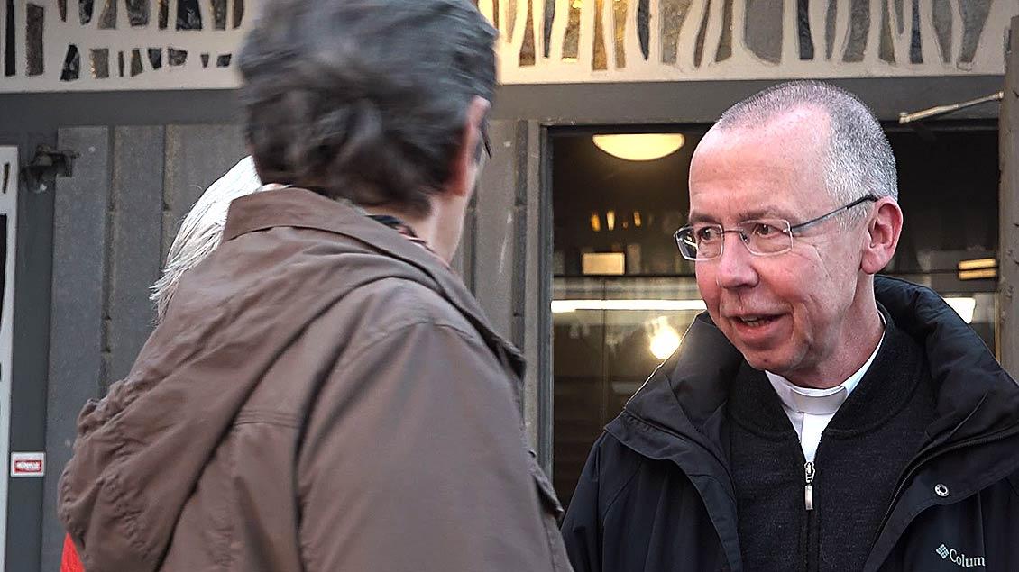 Prälat Peter Kossen ist nach der Abendmesse noch mit Besuchern im Gespräch.