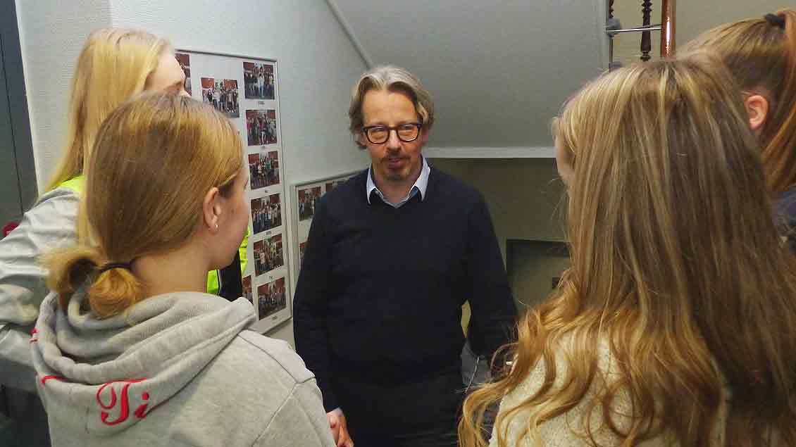 Schulleiter Bert Bergner redet mit Schülerinnen seiner neuen Schule, der Franziskusschule Wilhelmshaven.
