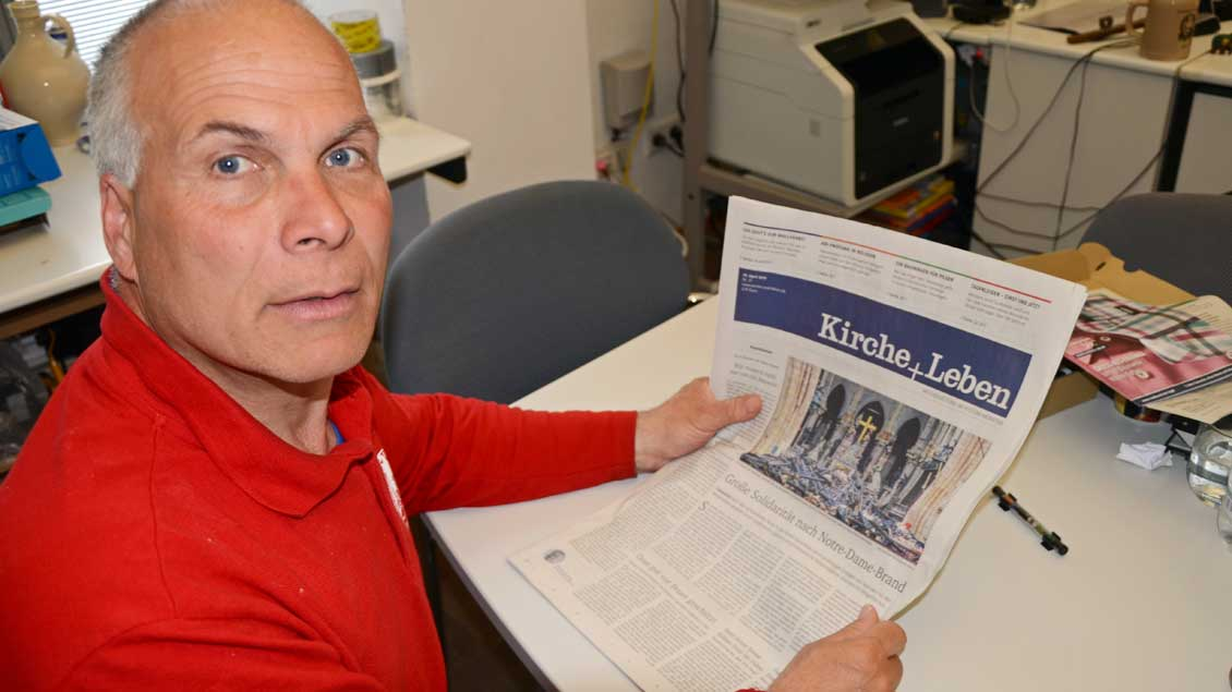 Dombaumeister Johannes Schubert liest Berichte über Notre Dame in Kirche+Leben
