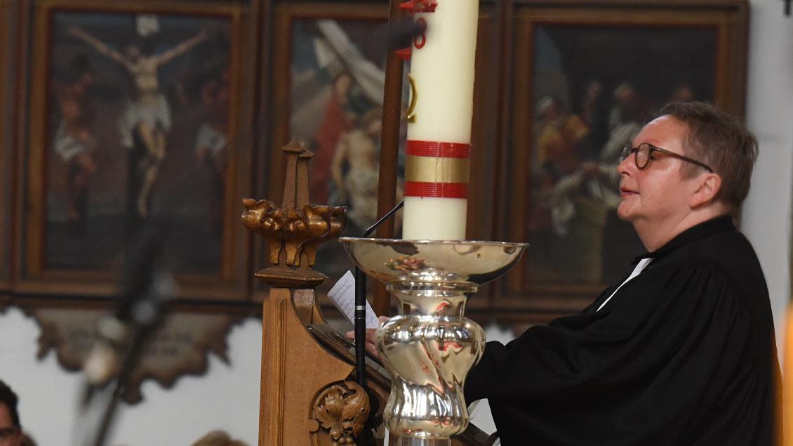 Pastorin Ulrike Krüger predigt im Gedenkgottesdienst.   Foto: Michael Bönte