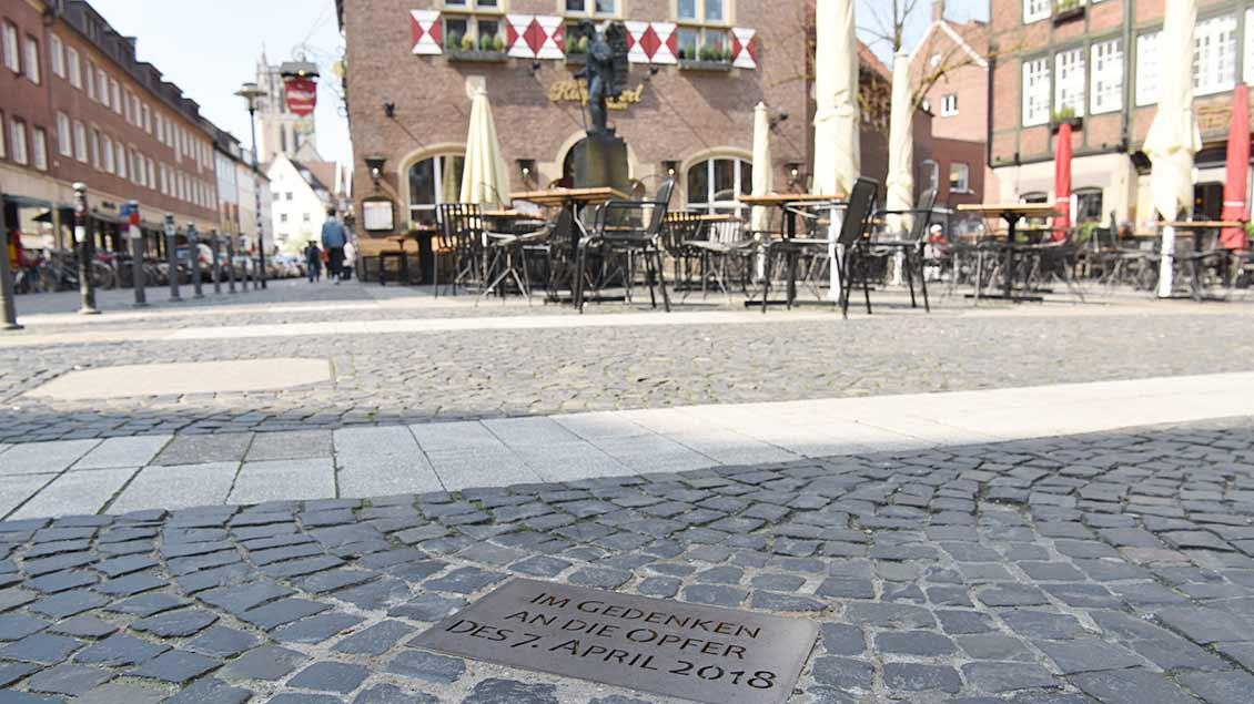 Eine Gedenkplatte erinnert heute am Kiepenkerl-Platz an die Opfer der Amokfahrt.   Foto: Michael Bönte