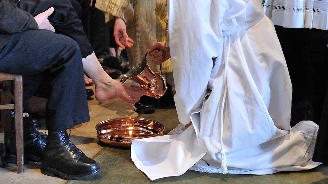 Bischof Genn bei der Fußwaschung