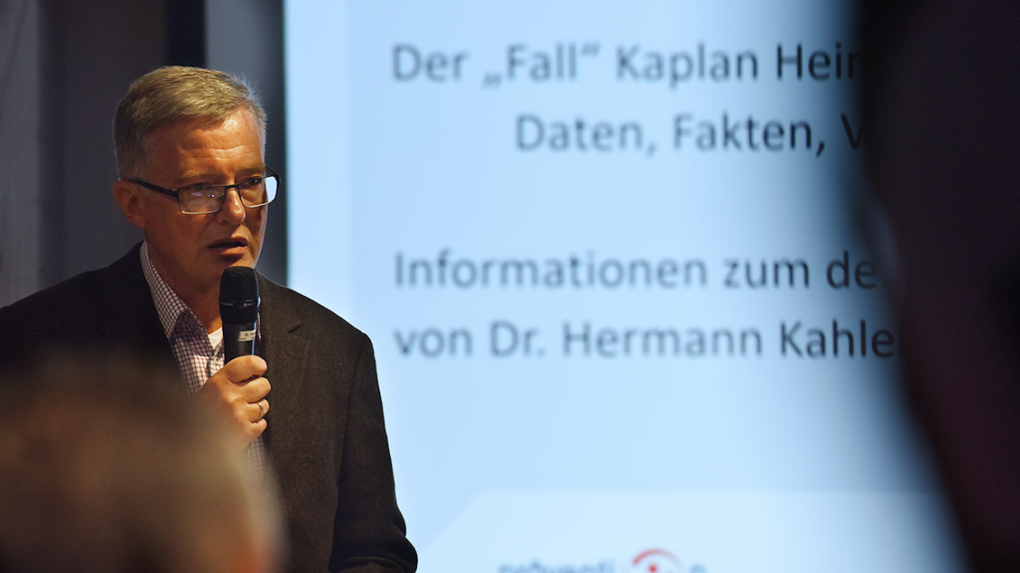 Hermann Kahler spricht im Pfarrsaal in Hamm-Bockum-Hövel. Foto: Michael Bönte