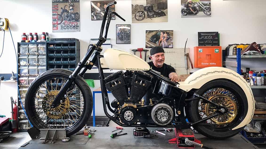 Mechaniker Miro hinter der Harley-Davidson, die für den Papst bestimmt ist