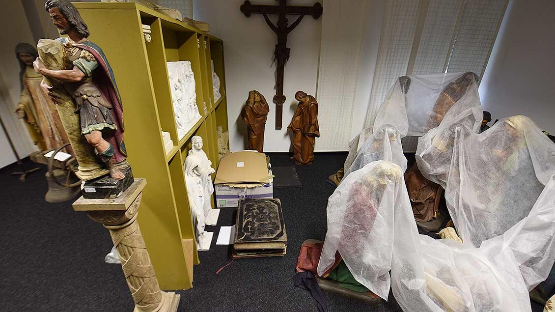 Heiligenfiguren in einem Lagerraum