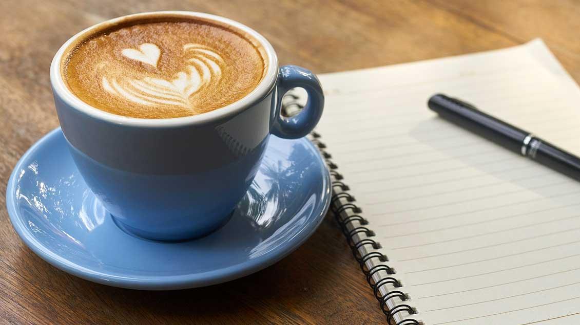 Eine Tasse Kaffe auf einem Tisch