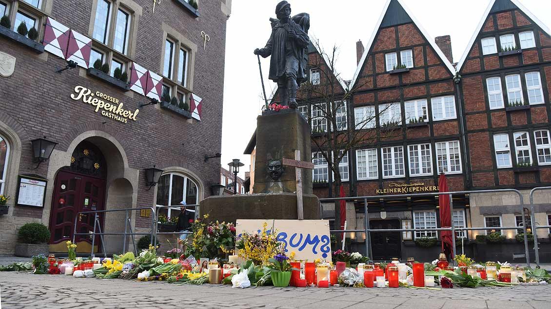 Vor der Statue des Kiepenkerl in Münster haben Menschen Blumen gelegt.