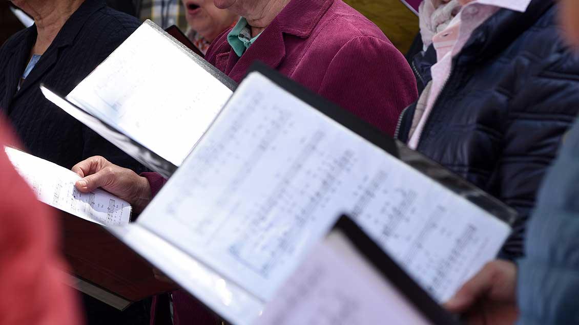 Das Symbolbild zeigt singende Menschen