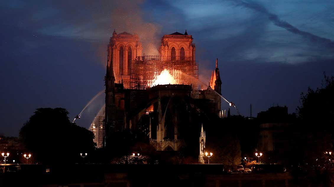 Löscharbeiten an Notre-Dame am Montagabend in Paris