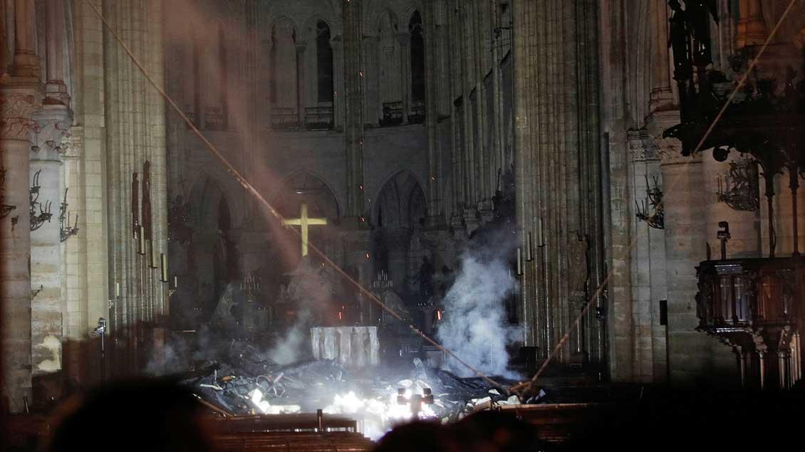 Blick auf den Altar der ausgebrannten Kathedrale Notre-Dame