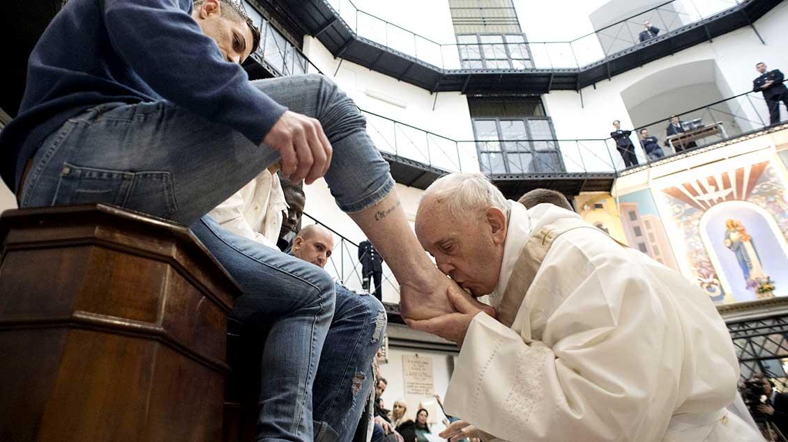 Papst Franziskus wäscht 2018 einem Häftling die Füße