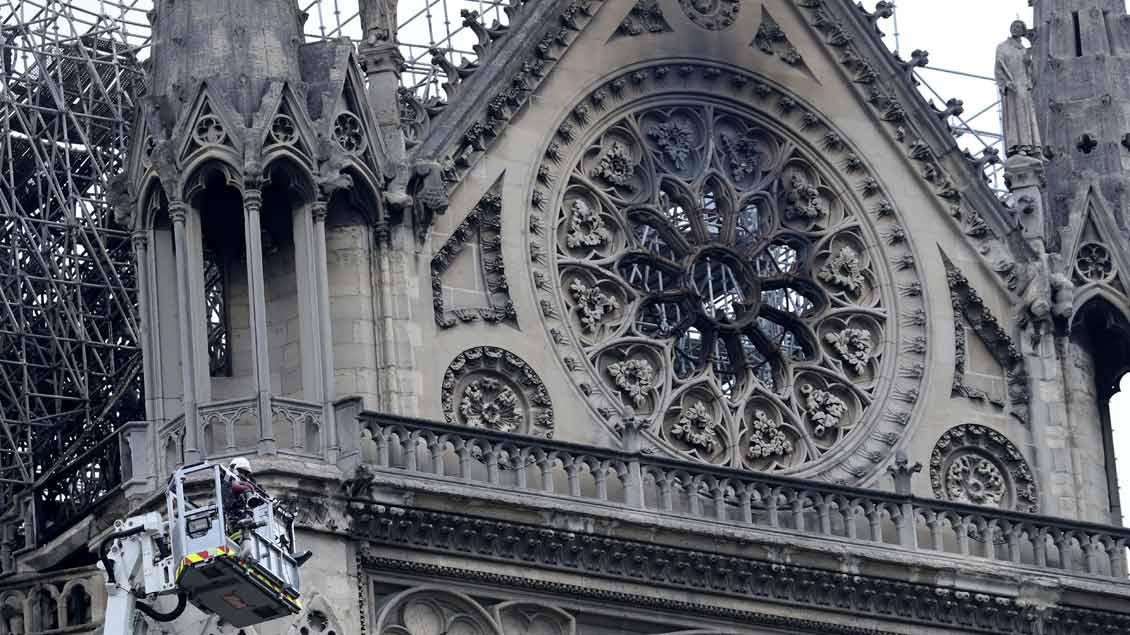 Ein rußiges und verkohltes Kirchenfenster von Notre-Dame