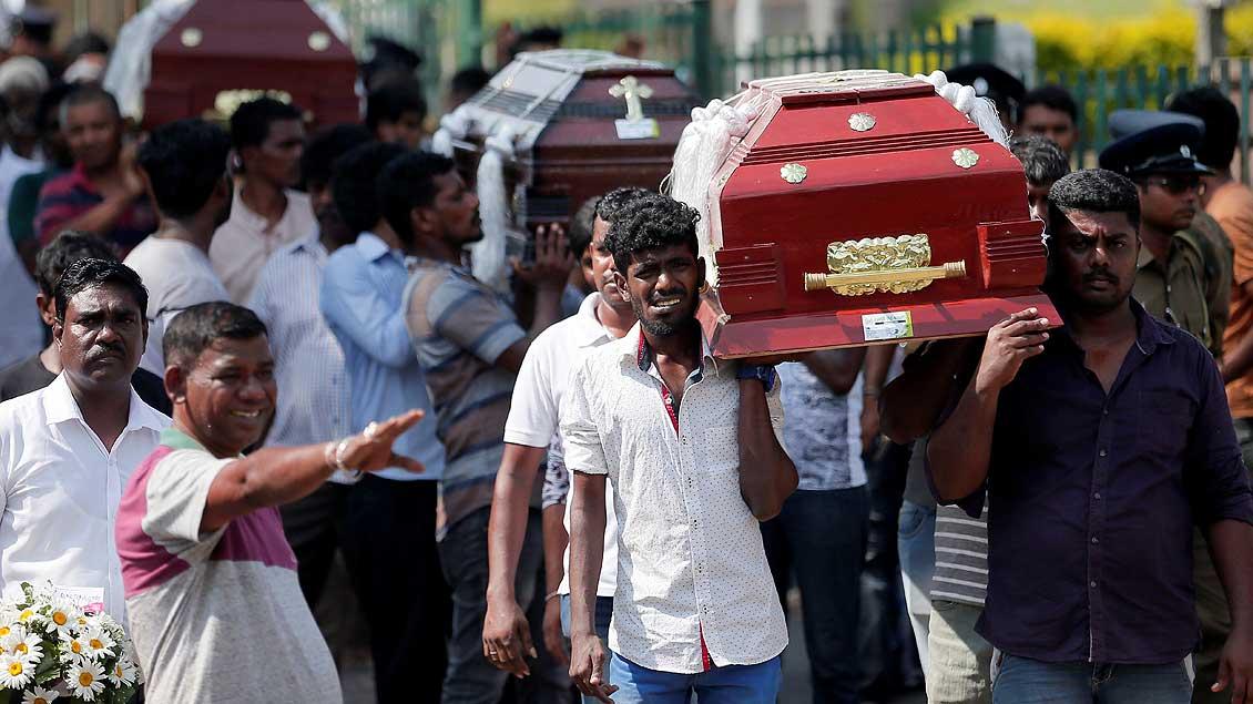 Beisetzung von Opfern in Sri Lanka Foto: Dinuka Liyanawatte (Reuters)