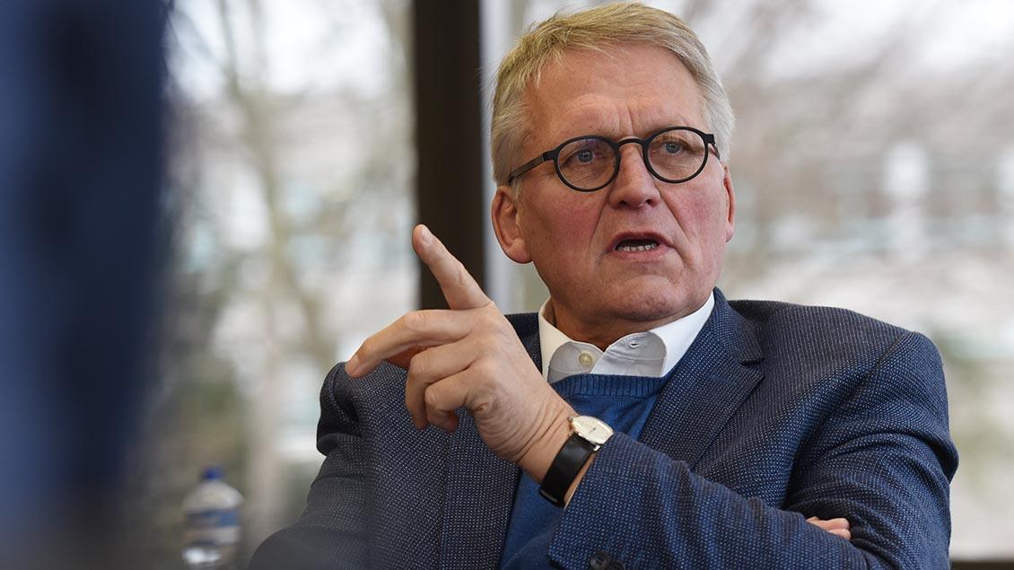 Thomas Sternberg diskutiert über politische Themen.