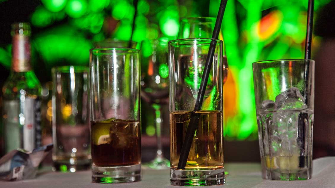 Gläser mit akoholischen Getränken