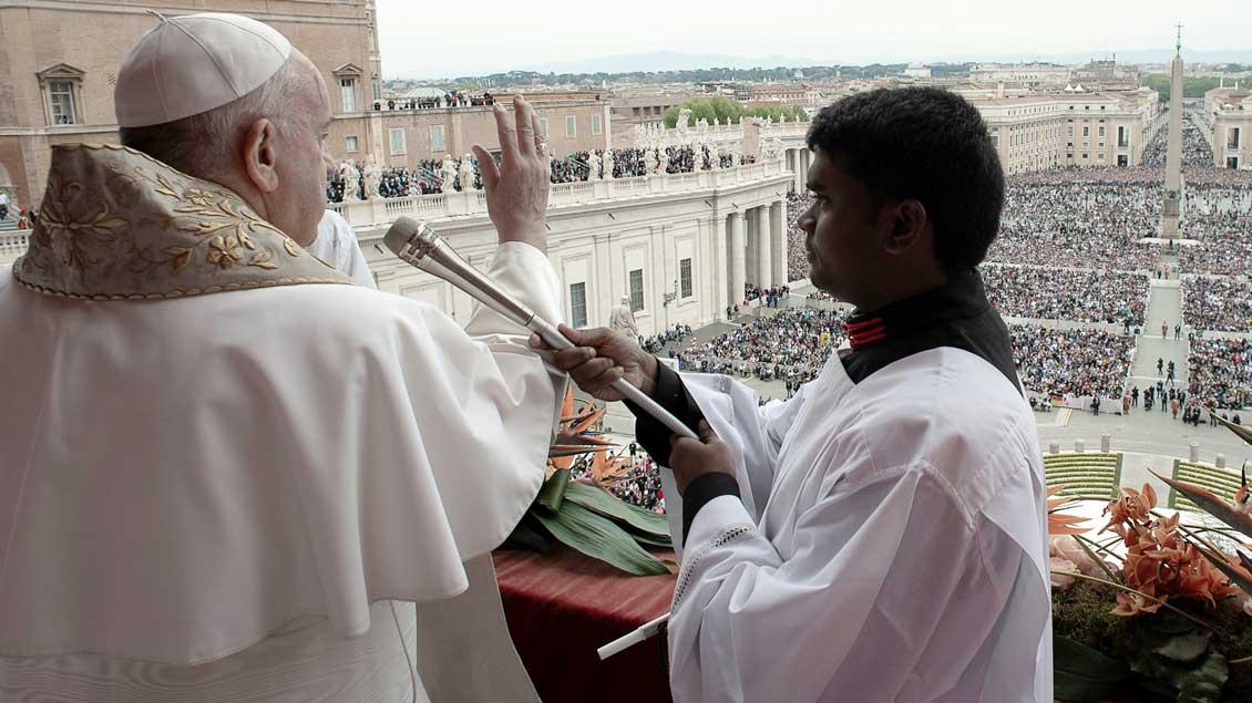 """Der Papst beim Segen """"Urbi et orbi"""""""