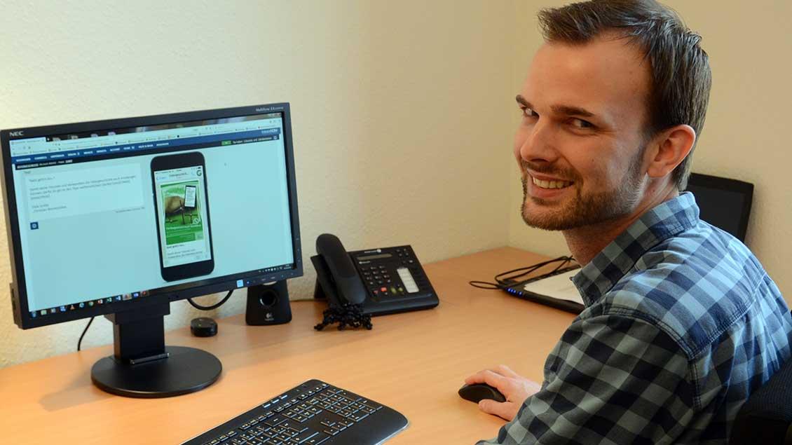 """Pastoralreferent Christian Winnemöller sitzt vor dem Computer auf dem das Programm für die Ostergeschichte per """"WhatsApp"""" läuft."""