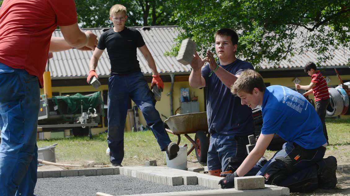 Jugendliche arbeiten bei einem Projekt der 72-Stunden-Aktion 2013