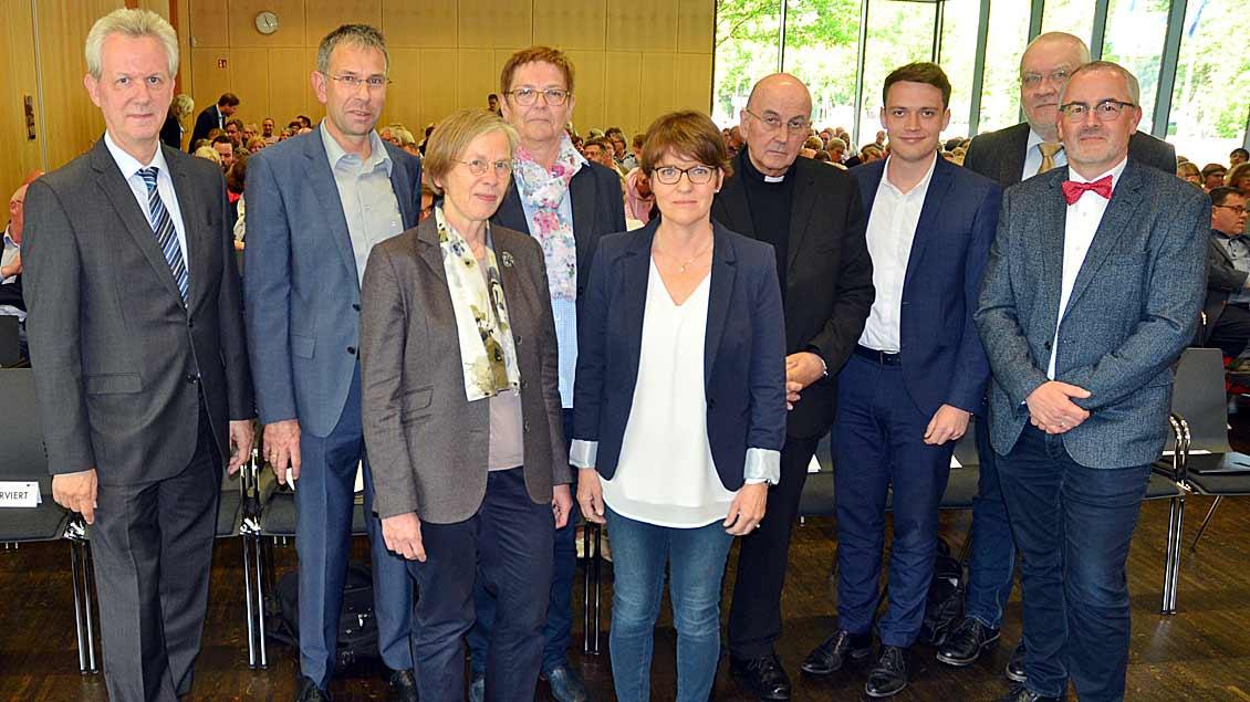 Die Teilnehmer an der Podiumsdiskussion zum Fachkräftemangel, darunter Bischof Felix Genn