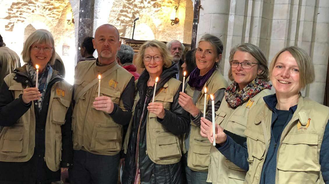 Bei einem Gottesdienst in der St.-George-Kathedrale in Jerusalem erhält das EAPPI-Team mit Christiane Berg (rechts) das Licht.