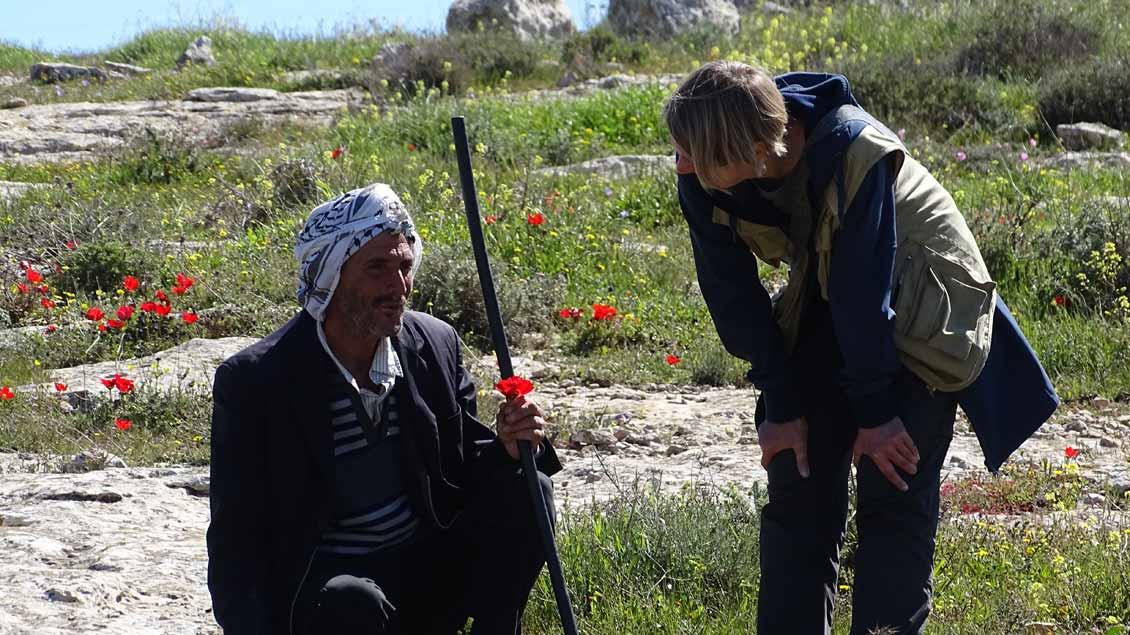 Christiane Berg im Gespräch mit einem Schäfer in den südlichen Hebron-Bergen.