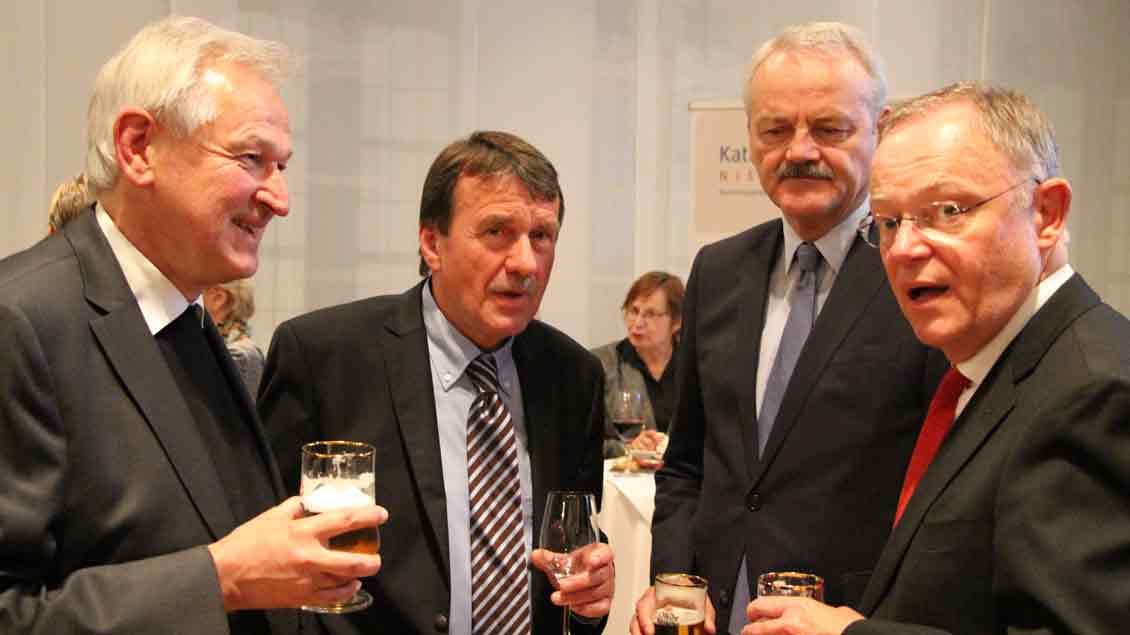 Prälat Felix Bernard vom Katholischen Büro Niedersachsen sucht das Gespräch mit der Politik, hier mit Ministerpräsident Stephan Weil (rechts). Foto: Matthias Petersen