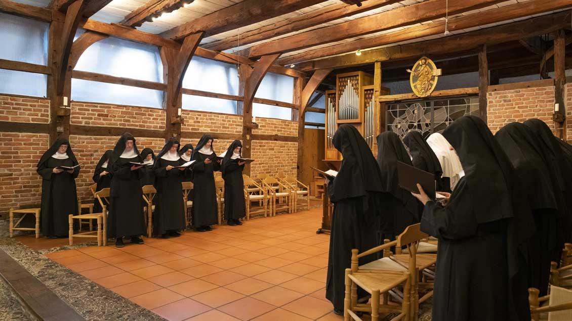 Schwestern in Dinklage beim Stundengebet in ihrer Kirche.