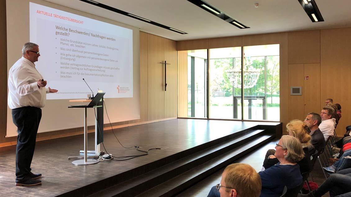 Experte hält Vortrag im Saal der  Akademie Franz Hitze Haus in Münster .