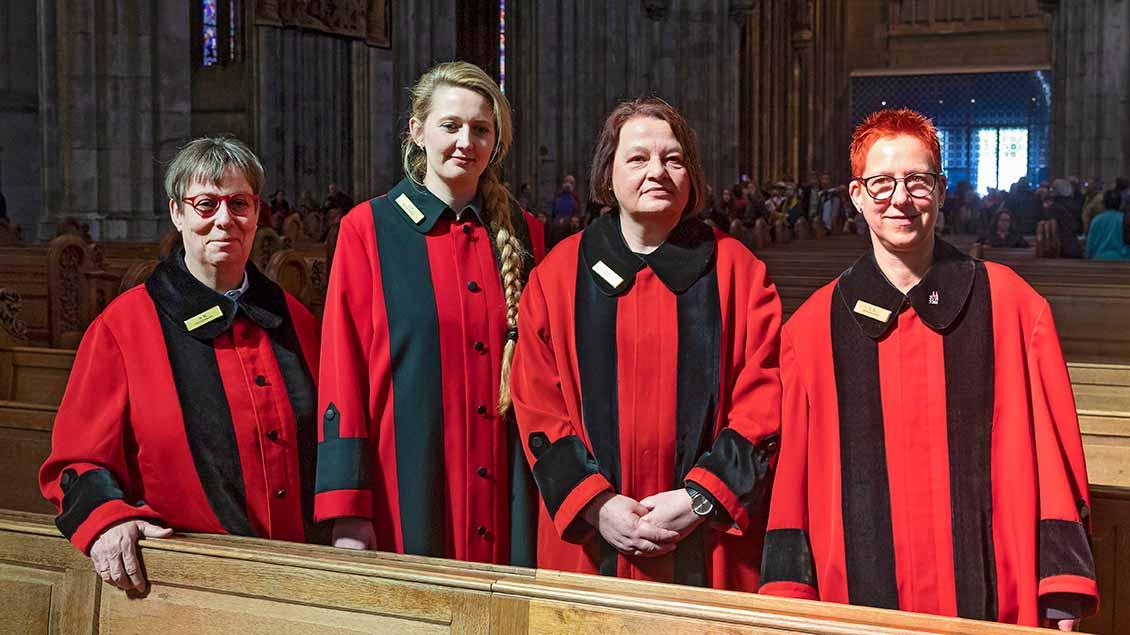 Hedi Michels, Andrea Petzenhauser, Susanne Rueckes und Claudia Drolshagen (von links) in ihren roten Roben im Kölner Dom Foto: Guido Schiefer (epd)