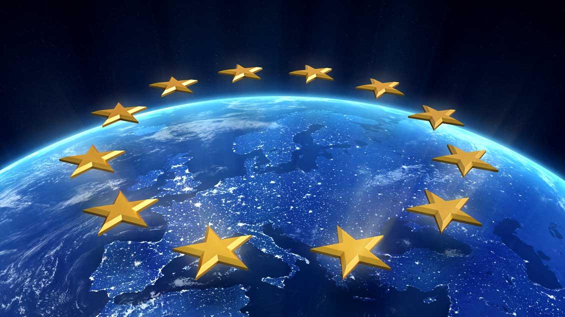 Die gelben Sterne der EU über dem nächtlichen Europa