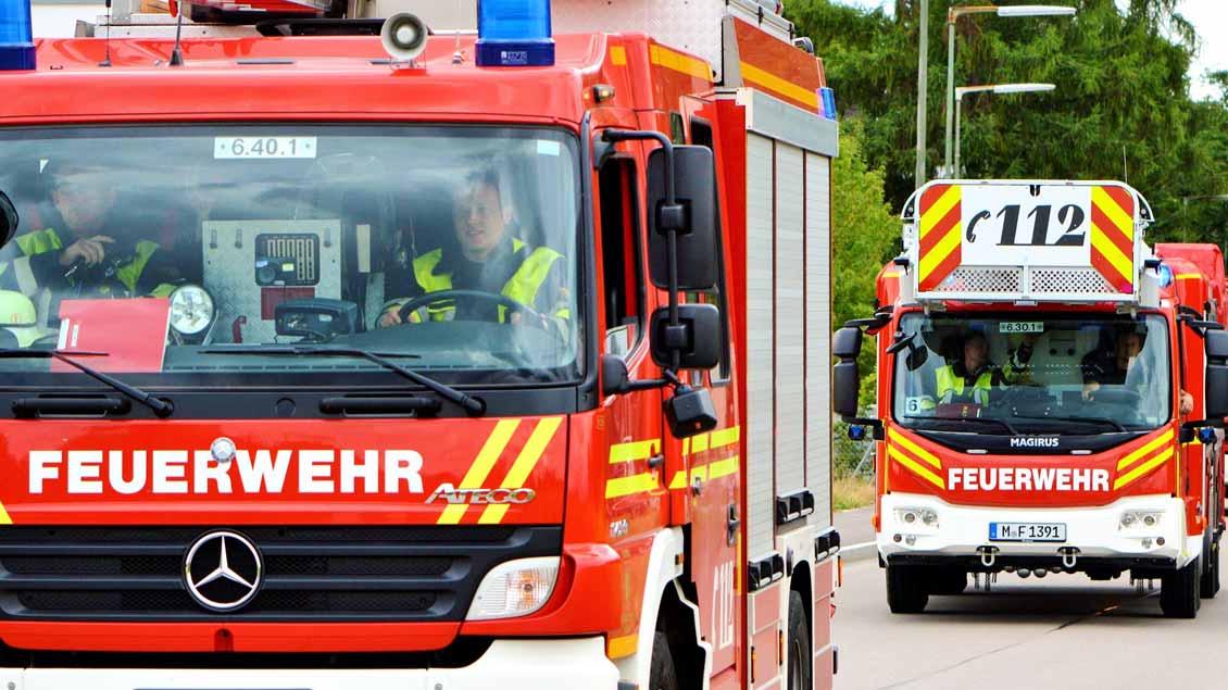 Zwei Feuerwehrautos im Einsatz