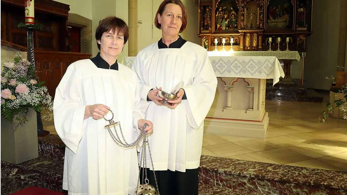 Dorit Bleischwitz und Hiltrud Robke als Messdienerinnen